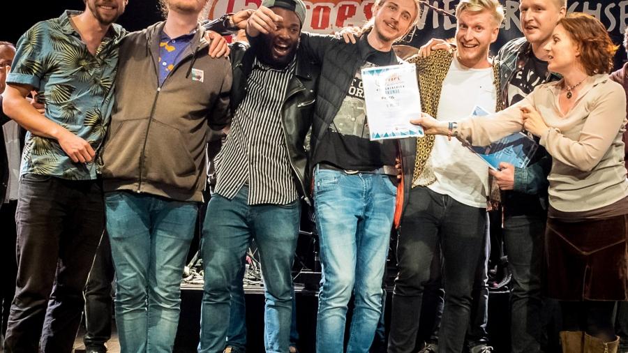 """Die Band Fréros aus Oldenburg hat 2017 das niedersächsische Finale des Bandwettbewerbs """"local heroes"""" gewonnen und erhielt neben weiteren Preisen von Vera Lüdeck (Geschäftsführerin der Landesarbeitsgemeinschaft Rock in Niedersachsen e.V.) die Gewinnerurkunde."""